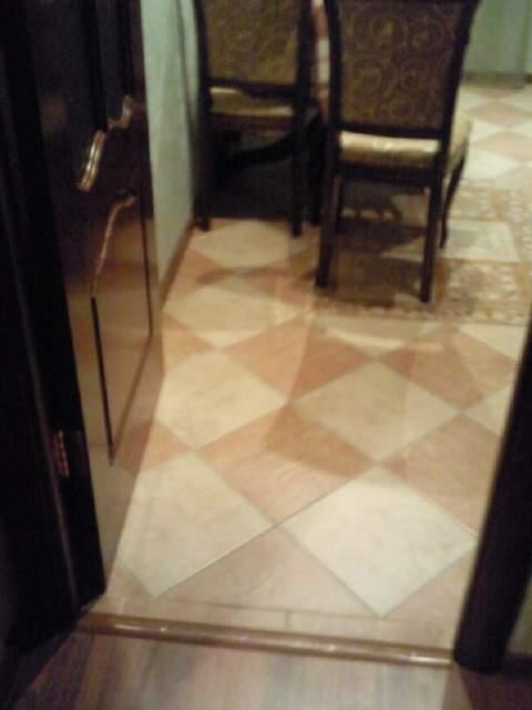 Пол кухни выложен плиткой